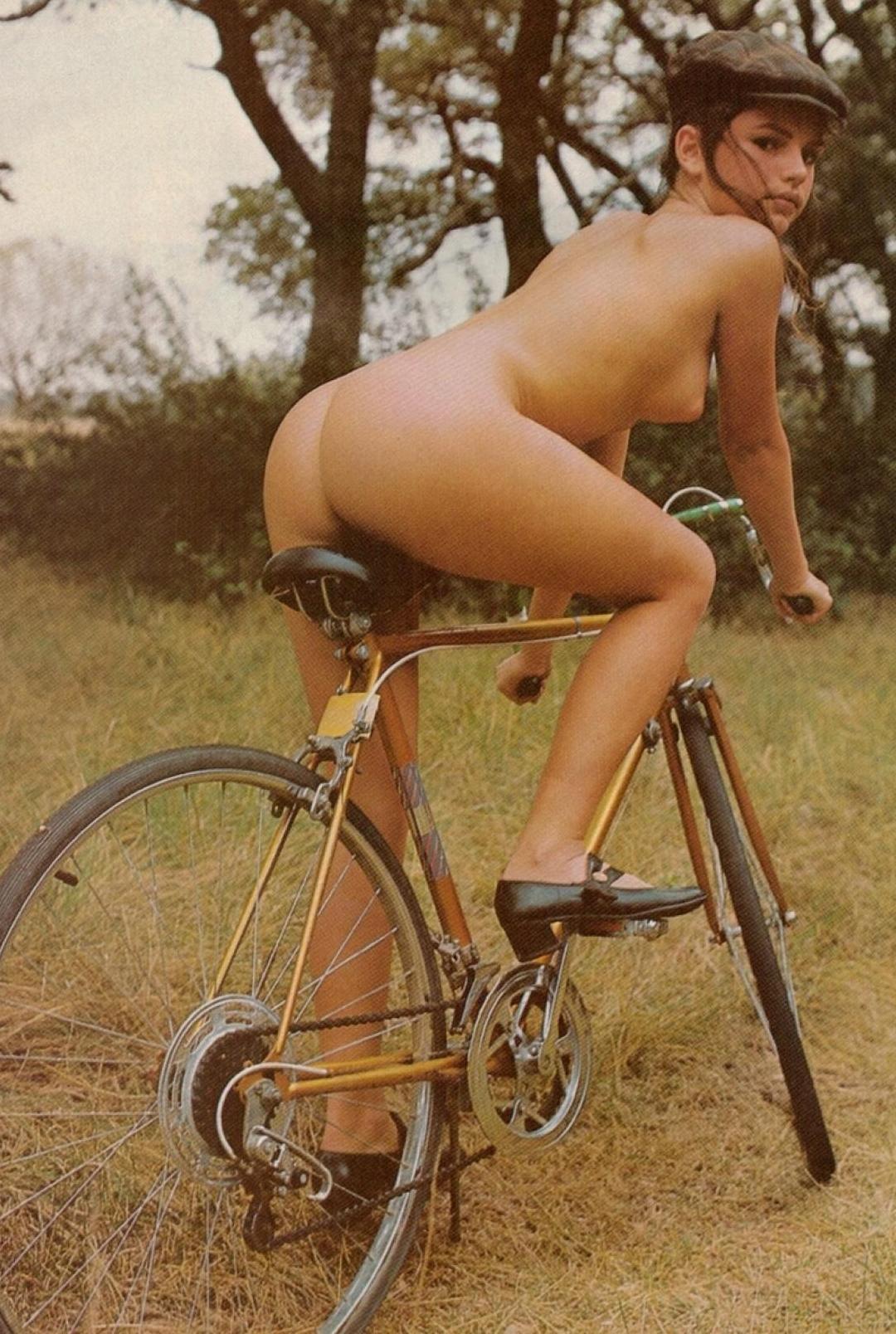 Японка на эровелосипеде — photo 1