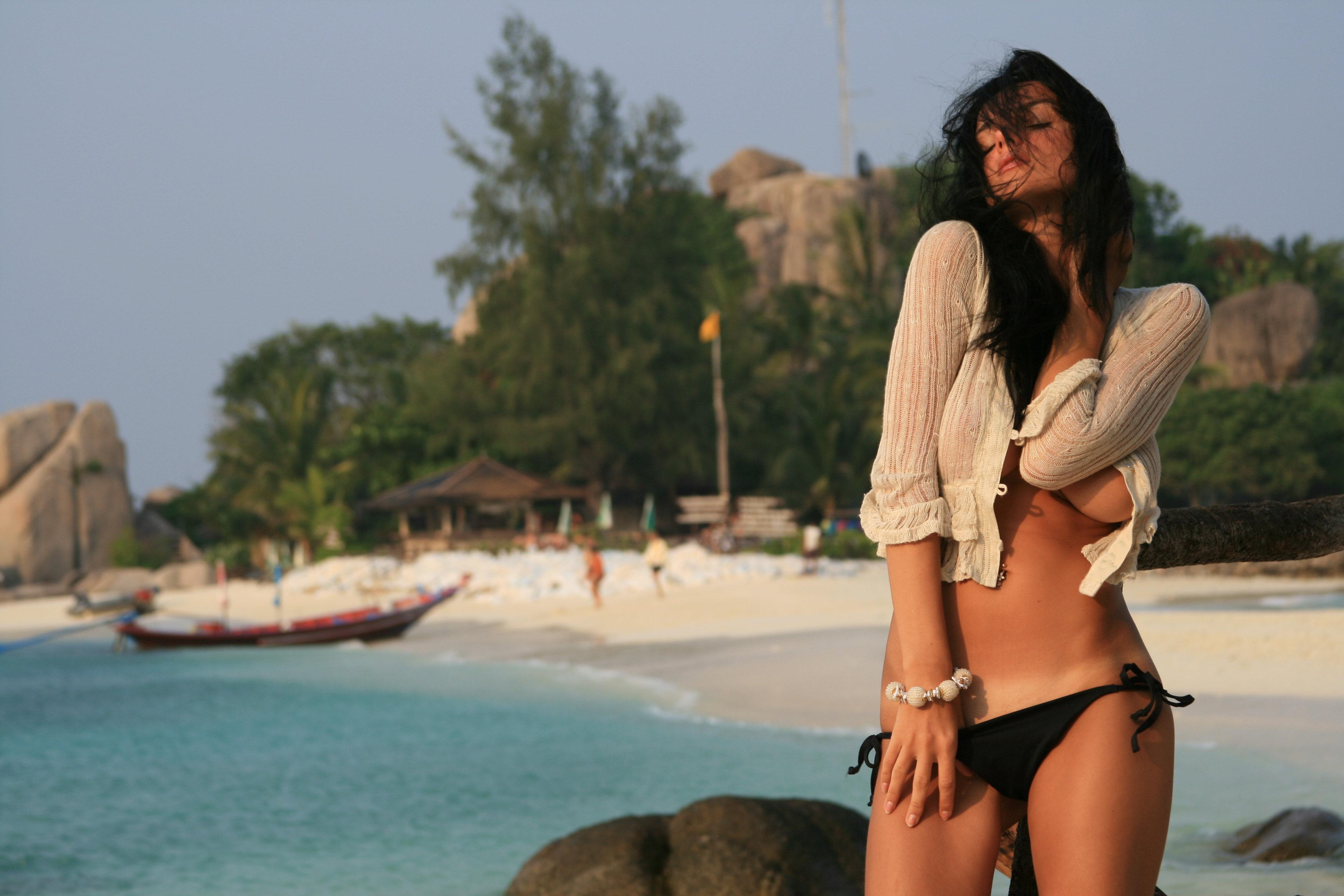 Красивая брюнетка на пляже фото