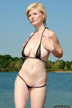 Casey-a-pale-blonde-beauty-II-63o30ngfbh.jpg