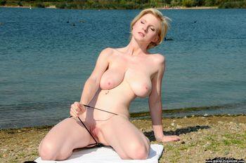 Casey-a-pale-blonde-beauty-II-l3o30o974n.jpg