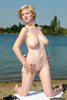 Casey-a-pale-blonde-beauty-II-z3o30onvo3.jpg